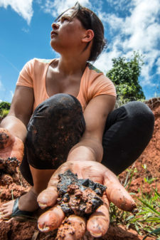Jequitinhonha Valley woman collecting clay
